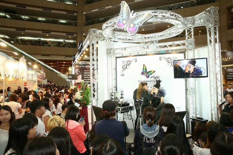 [新聞] 化妝品展 真人實境的展演攤位最吸睛